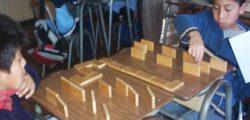 Pichikelos de Puninque jugando dominó